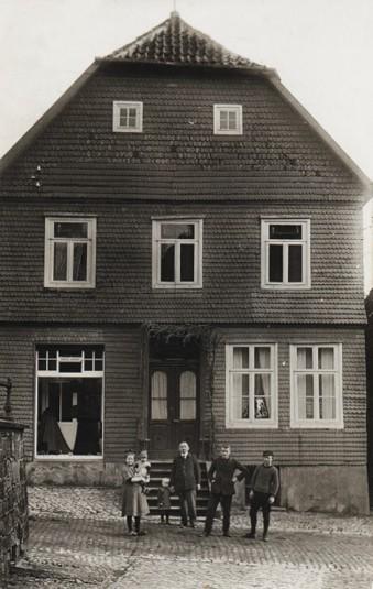 Familie und Gesellen vor dem Haus 1923