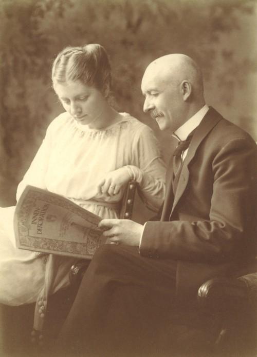 """Charlotte und Julius beim Studium der Zeitschrift """"Innendekoration"""", 1916"""