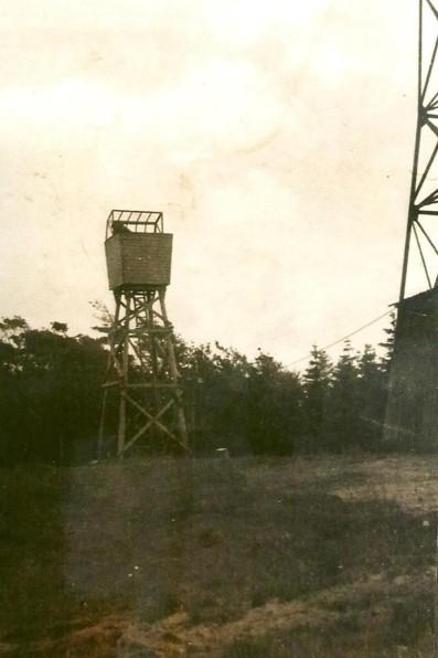 Hölzerner Luftbeobachtungsturm mit geöffneter Haube, um 1942