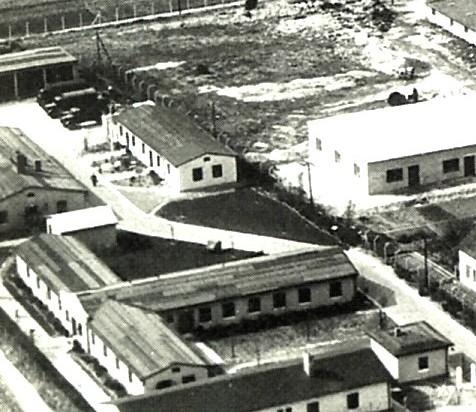 Luftbild vom Camp der Royal Air Force (links vom querverlaufenden Zaun), 1956