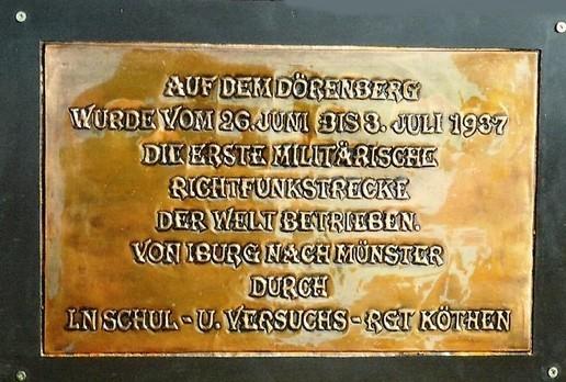 Erinnerungstafel auf einem Findling auf dem Dörenberg
