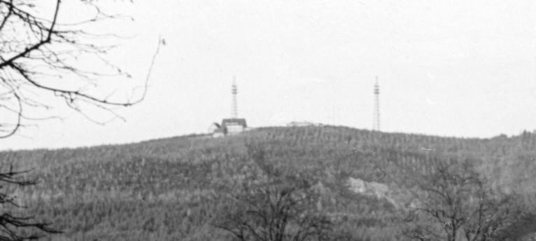 Blick auf den Dörenberg mit den zwei 70 m hohen Funktürmen