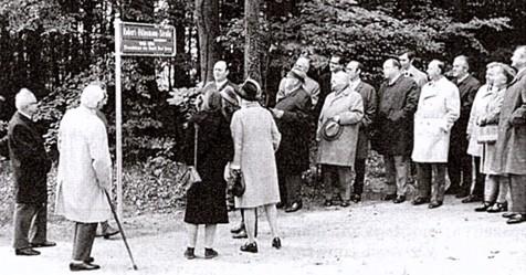 Bei der Enthüllung des Straßenschildes 1971