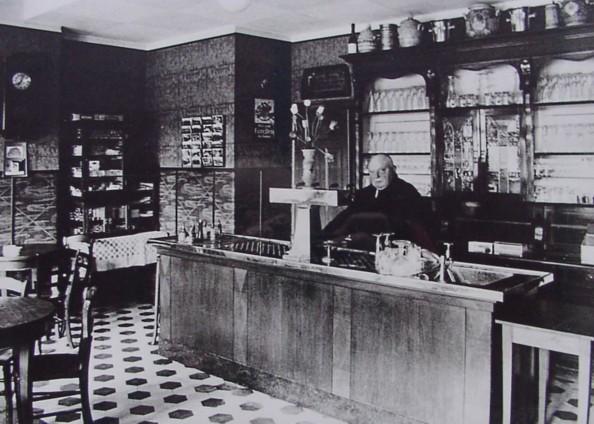 Innenansicht der Bierstube, 1930