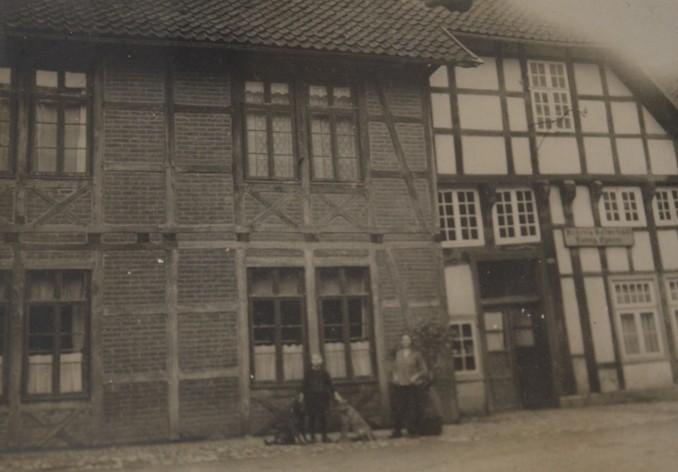 """Am linken Gebäudeteil der Gastwirtschaft """"Ludwig Eymann"""" war das Fachwerk ausgemauert, um 1900"""