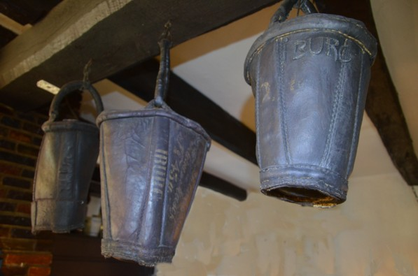 Alte lederne Löscheimer aus Iburg, aufgehängt im Schankraum
