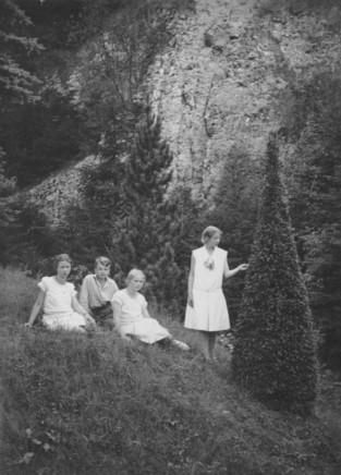 Im Gartenpark mit Blick auf den Steinbruch (1929)