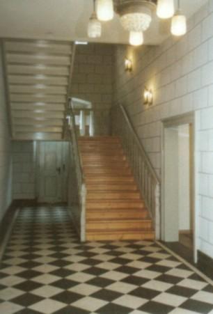 Treppenhaus mit schwarzen und weißen Marmorplatten