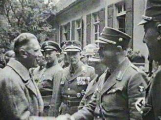 Vizekanzler Franz von Papen (links) begrüßt den Gauleiter des Gaus Weser-Ems, Carl Röver (rechts)