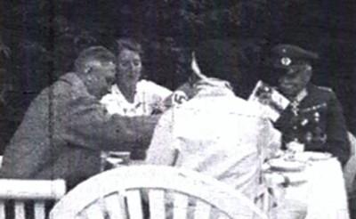 Vizekanzler Franz von Papen (links) sowie der ehemalige Chef der Heeresleitung der Reichswehr, Hans von Seeckt (rechts)