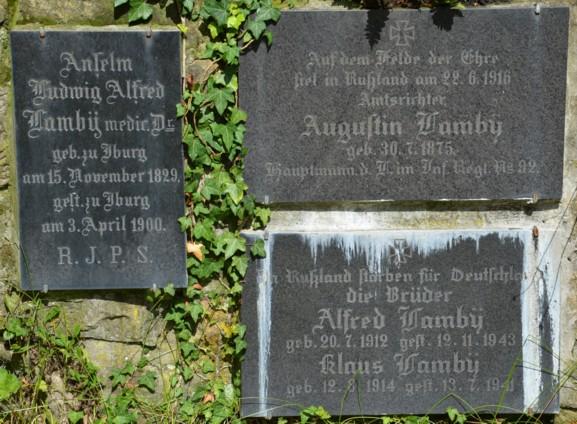 """Grabplatten an der Gartenmauer vom """"Haus Lamby"""""""