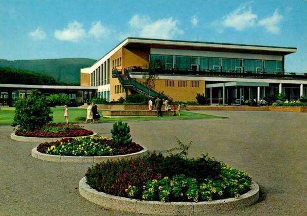 Kurhaus mit Wandelhalle (links)