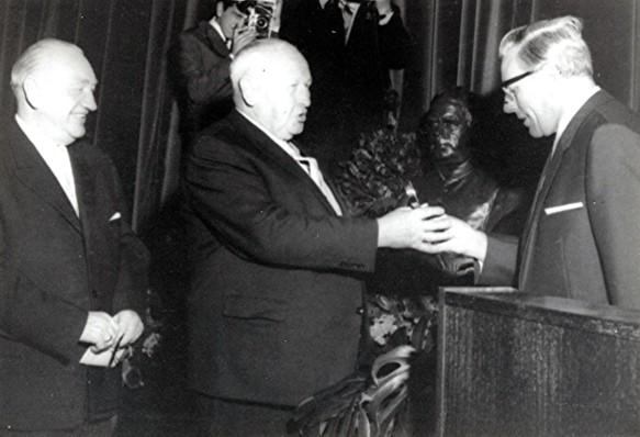 Bürgermeister Schowe (mittig) erhielt vom Architekten Hans Kusseler (rechts) den symbolischen Schlüssel
