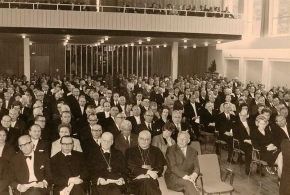 Gäste im vollbesetzten Kurhaussaal während der Begrüßung durch Bürgermeister Schowe