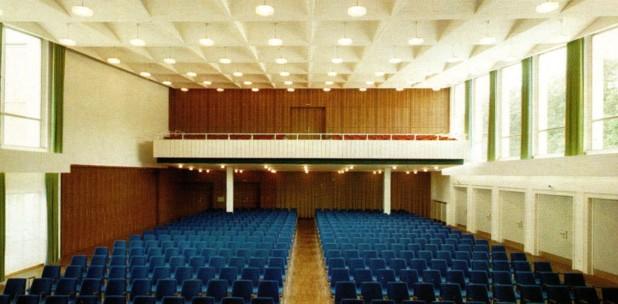 Blick von der Bühne in den Großen Kursaal mit der Empore