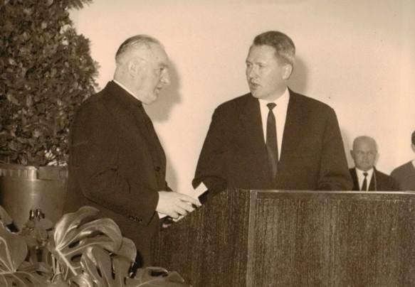 Dechant Dalsing (links) und Pastor Schulze (rechts) segneten das Kurhaus