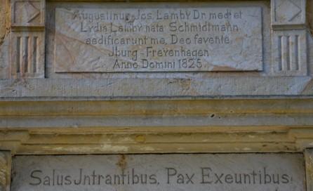 Inschriften über dem Hauseingang Lamby