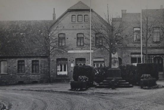 Anwesen Pohlmann am Thie, Glane Nr. 19 - vorne rechts das Kriegerdenkmal