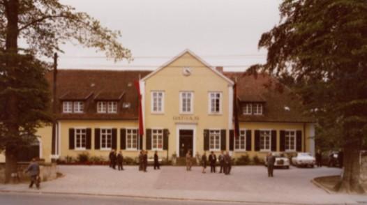 Rathaus in gelber Anstrichfarbe und mit grünen Holzläden, 1968