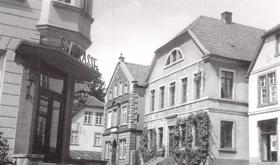 """""""Apotheke Schlotheuber"""" mit Sparkasse Iburg (links) und Gasthaus Ludwig Bitter (mittig links)"""