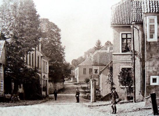 """Schwengelpumpe vor der """"Hirsch-Apotheke"""", um 1900"""