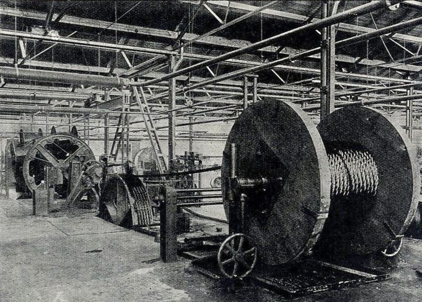 Abb. 1: Von der Schweren Seilschlagmaschine läuft das Drahtseil aus der Maschine auf die zum Versand bestimmte Seiltrommel bzw. Haspel
