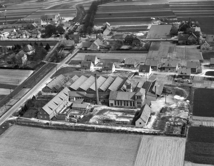 """Abb. 5: Luftbild vom Drahtseilwerk """"Johann F. Hölscher"""" mit umgebender Bebauung in Ostenfelde im Jahre 1957"""