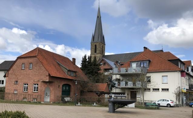 Mariengrotte an der Ecke der Scheune (links) sowie Neubau des Geschäftshauses (rechts)