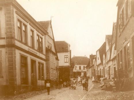 Große Straße von unten nach oben, links 2. Haus von unten: Haus Wedekämper, um 1900